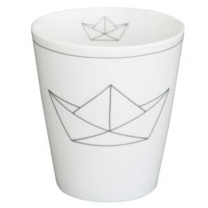 Weisser Becher aus porzellan mit Papierschiffchen Motiv
