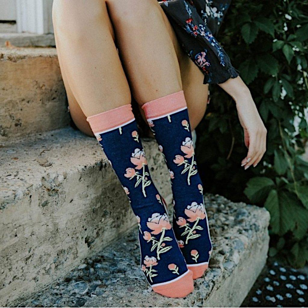 Zauberhafte dunkelblaue Socken mit rosa/grünem Rosenmuster