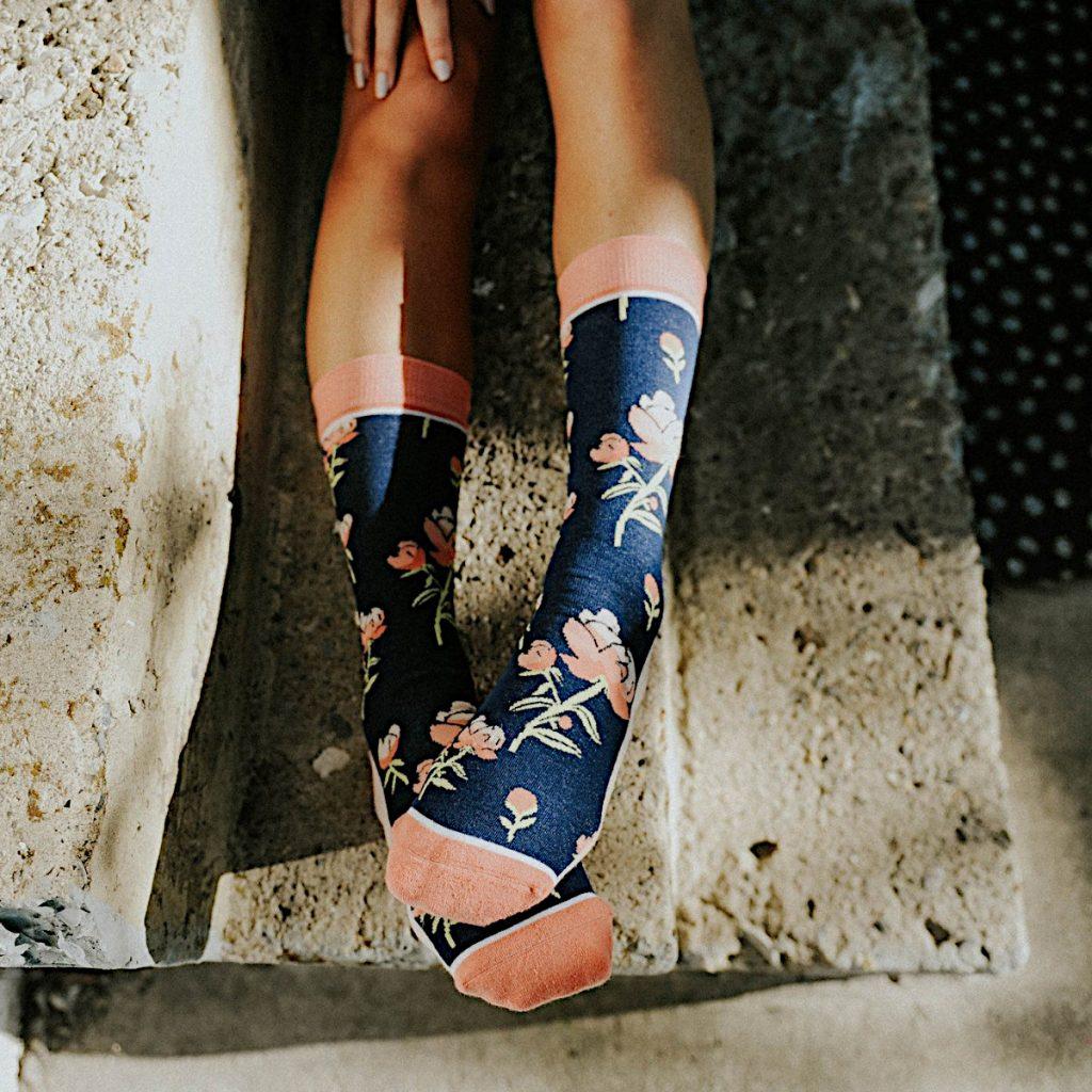 Romantische Socken mit Rosenblüten in rosa
