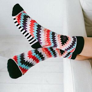 Schicke Socken aus Baumwolle in fabenfrohem Zick-Zack-Design von Woven Pear