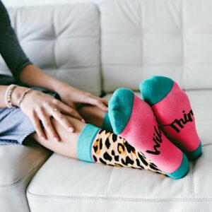 Leopardensocken mit pinker Fusssohle und dem Schriftzug -Wild Thing- von Woven Pear