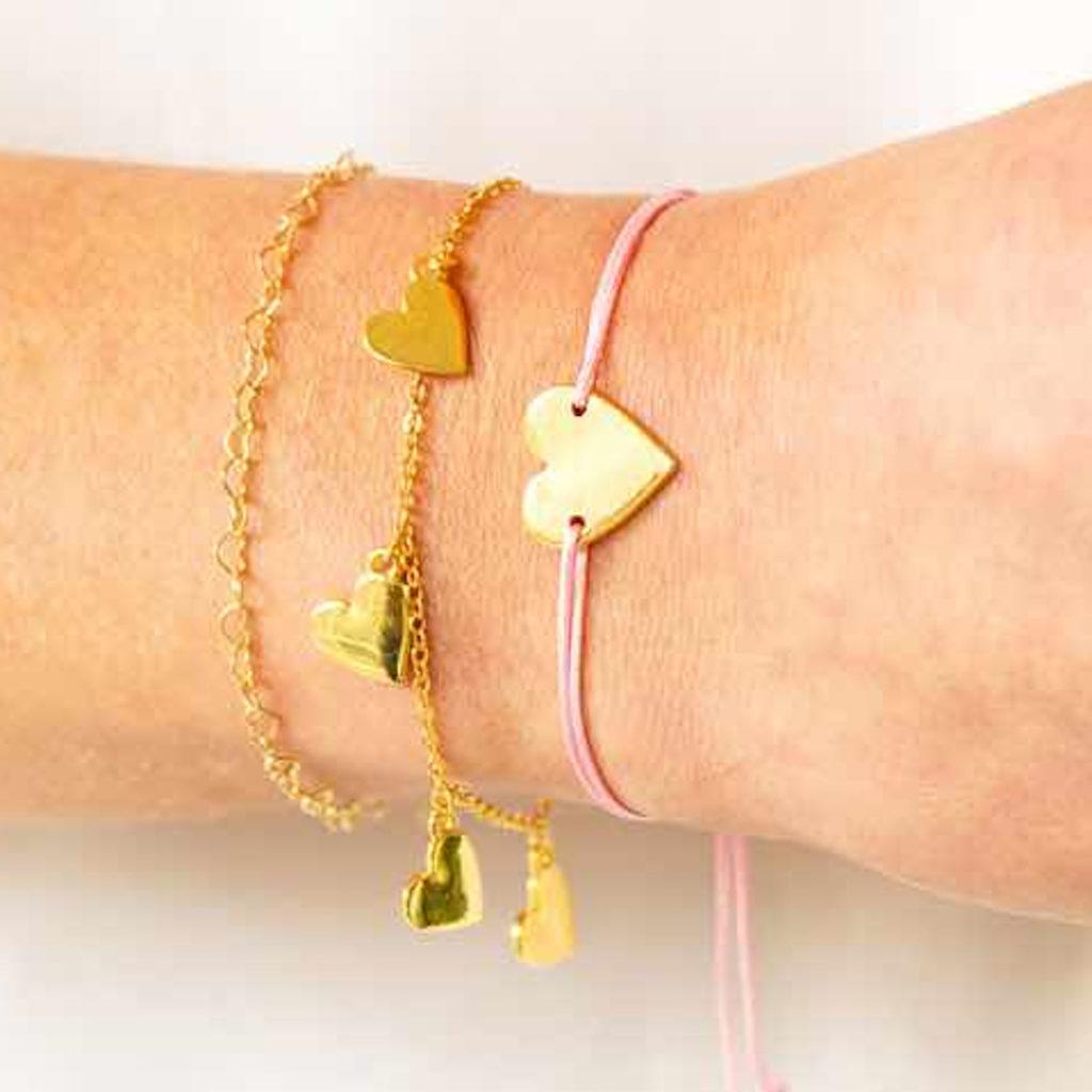 Rosa Armband mit vergoldetem Herz-Anhänger von &anne