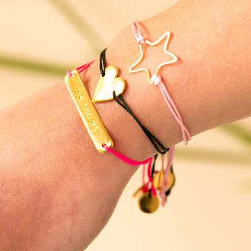 Hellrosanes Armband mit vergoldetem Stern-Anhänger/Dunkelgrünes Armband mit vergoldetem Herz-Anhänger von &anne