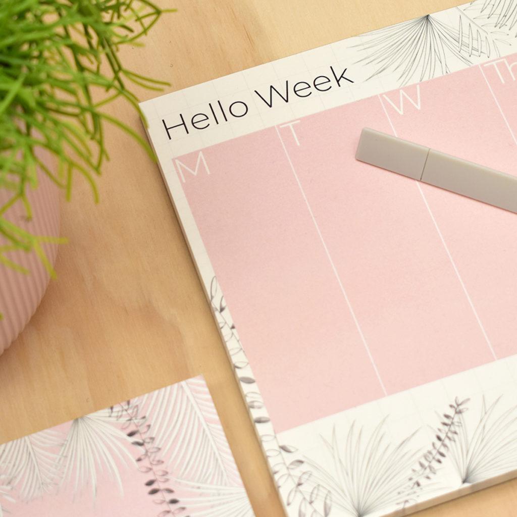 Schöner Wochenplanner -Hello Week- in rosa/weiss von the room alive