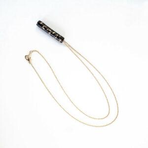 Feine Halskette mit schwarz/goldenem Anhänger von 5MM Paper