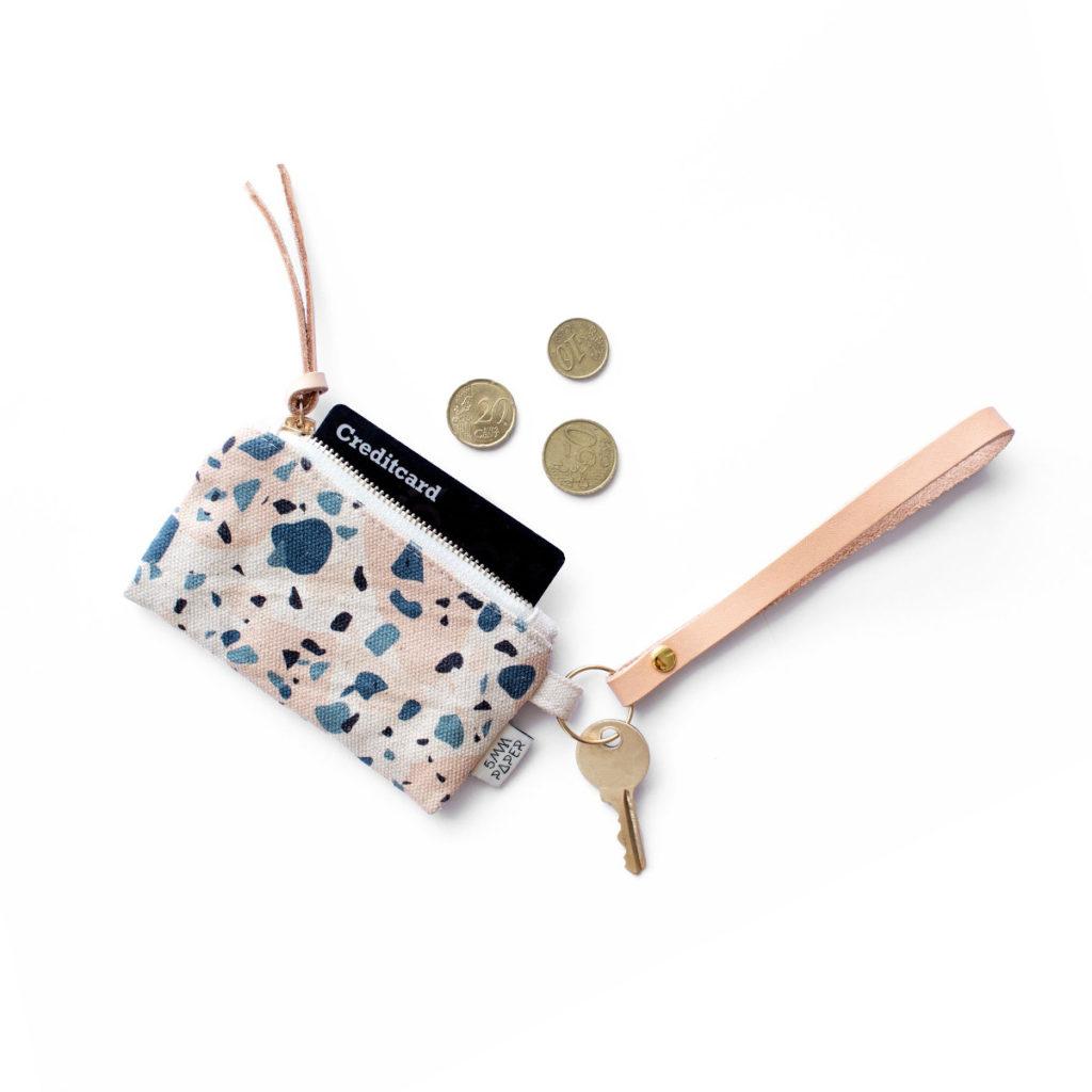 Stylischer Schlüsselanhänger mit Münztasche aus robustem Canvas mit Terrazzomuster in blaugrau-rosé-schwarz
