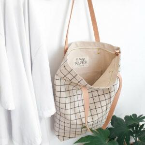 Stylischer Shopper -Black Grid- aus robustem Baumwollstoff mit Innentasche und Reißverschluss von 5 mm paper