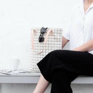 Naturfarbener Canvas-Shopper mit schwarzem Gittermuster, Ledergriffen und Reißverschluss